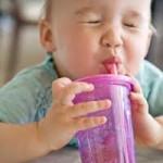 Gambar bayi sedang minum lucu