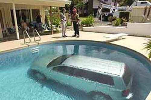 gambar lucu mobil di dalam kolam aneh