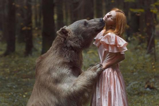 foto model bersama hewan buas