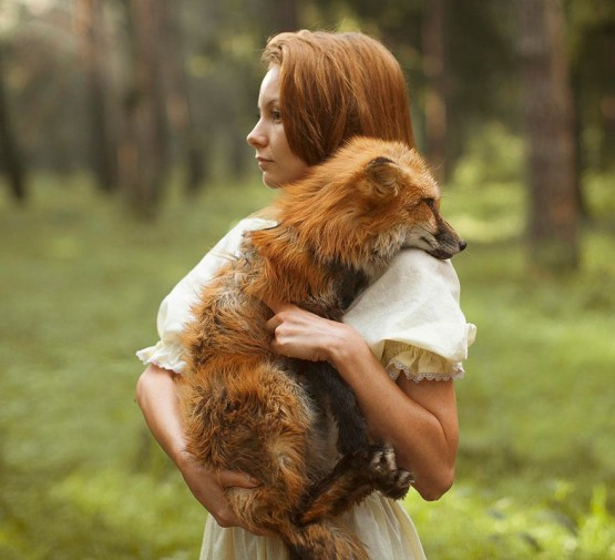 foto model cantik dengan anjing hutan