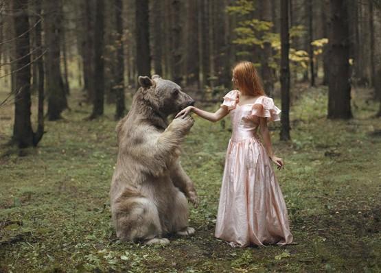 foto model cantik dengan beruang ganas