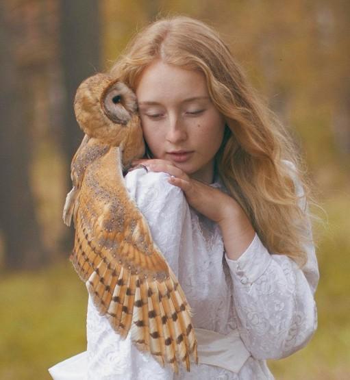foto model cantik dengan burung hantu