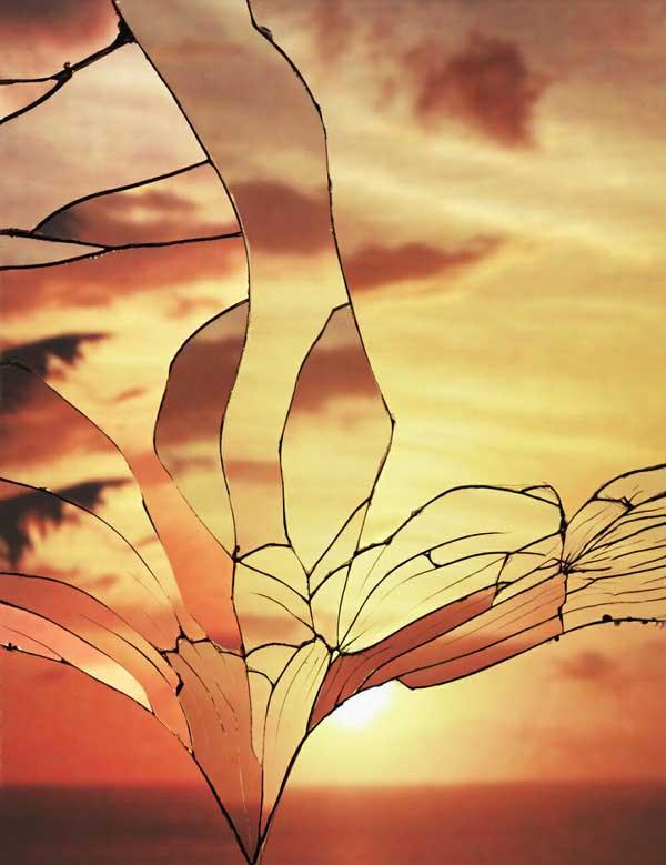gambar pemandangan sunset di balik kaca pecah
