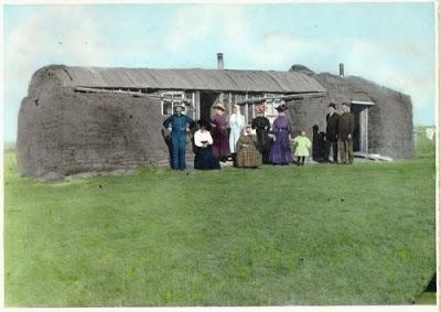 foto rumah kecil dari tanah