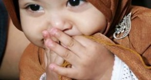 bayi lucu berkerudung