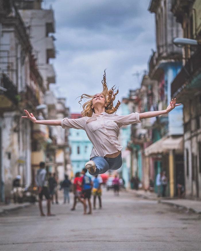 Saat Para Ballerina Menari di Atas Jalan Raya, Hasilnya Kayak Gini Nih