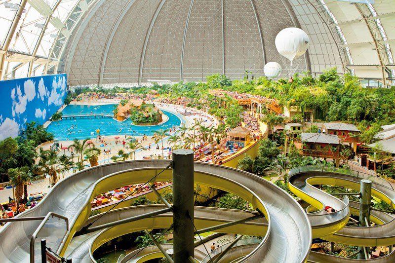 Wow, Ada Taman Bermain Air dalam Hanggar Raksasa Ini