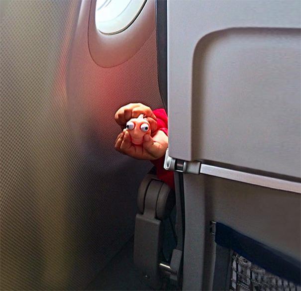Ketika Kamu Travelling dengan Pesawat dan Ketemu yang Begini, Gimana Reaksimu?