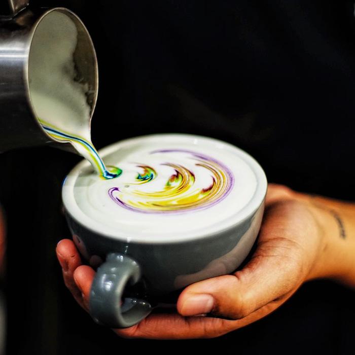 Keren, Ini Latte Art Warna-Warni yang Beda dari yang Biasa