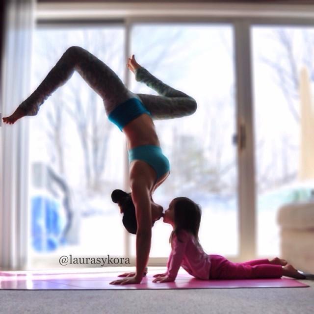 Lucunya Anak dan Ibu Ini Berpose Yoga Bersama
